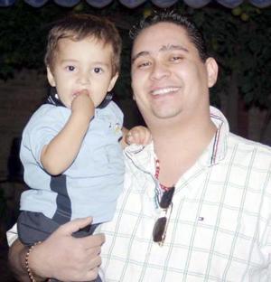 El pequeño Alejandro Pizarro Vazquez junto a Victor Hugo Marquez.