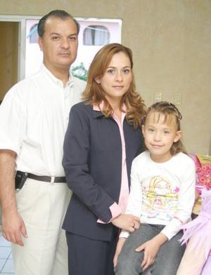 Karen Sofía Urbina disfrutó de una merienda acompañada de sus papás.