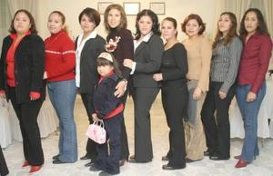 Fátima Morán García en compañía de un grupo de amigas quienes asistieron a su despedida de soltera.