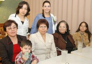 Norma Roberta Medina de Ávalos, en compañía de las asistentes a su fiesta de canastilla.