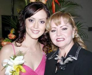 Iraida Anaya  Trevizo junto a su mamá Lupita de Anaya, quien le ofreción una despedida de soltera.