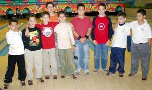 Hugo Alexies Nuñez, rodeado de amigos en su convivio de cumpleaños.