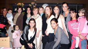 La festejada Iasone Belausteguigoitia en compañía de amistades.