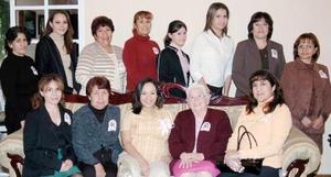 Lucía Muñoz de Mora rodeada de amistades y familiares el día de su fiesta de canastilla.