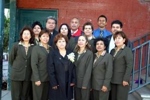 <b>04 de diciembre de 2004</b> <p> María Elena Padilla Aguilar junto a sus compañeras de trabajo, quienes le ofrecieron un festejo en días pasados  por su jubilación laboral.