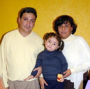 Ángela Patricia López junto a sus papás el día de su cumpleaños