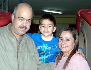 <b>04 de diciembre de 2004</b> <p> Raúl Sabag y Mayela Schroeder festejaron al pequeño Raúl Sabag por su cumpleaños