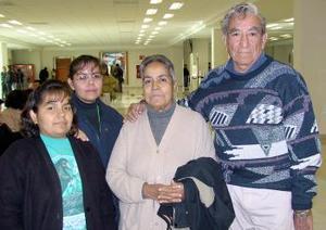 Ciro Berumen viajó a Mérida y lo despidieron Micaela, Alejandra y Georgina.