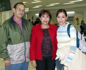 <b>04 de diciembre de 2004</b> <p> Ale Pérez viajó a Canadá  y la despidieron Coco y Alejandro Pérez.