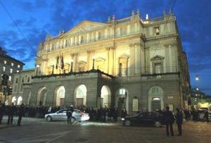 Una multitud de curiosos se agolpó durante la tarde para ver pasar a los asistentes a esta ópera, que abre la temporada en La Scala, después de que las tres anteriores se hayan desarrollado en el moderno y funcional teatro Arcimboldi, en las afueras de la ciudad.