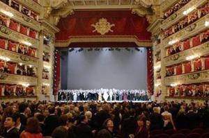 El teatro de La Scala de Milán volvió  la mirada atrás, en su reapertura después de tres años de obras, ya que las notas de Europa Riconosciuta -de Antonio Salieri- sonaron de nuevo, como en su inauguración oficial el tres de agosto de 1778.