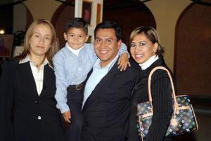 Silvia Aguilera de Soto, Óscar Soto, Oscar Soto Aguilera y Vanessa Soto de Román.
