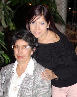 <b>05 de diciembre de 2004</b> <p> Yolanda Ciseña de López celebró su sumpleaños con una amena reunión  que le organizó su hija Adriana López de Gurrola.
