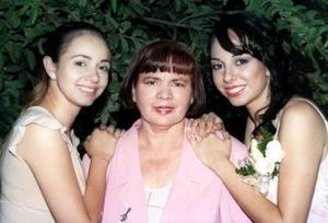 Ana Cecilia Ruiz Moreno  junto a su mamá y su hermana.