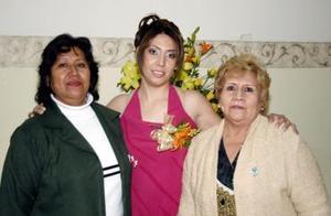 <b>05 de diciembre de 2004</b><p> Mirna Elizabeth Flores Ortega en comáñía de las organizadoras de su fiesta de  despedida