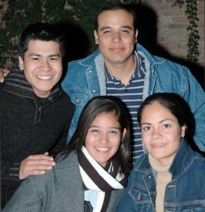 <b>06 de diciembre de 2004</b> <p> Paloma Mesta, Alfonso Rodríguez, Armando Torres y Érika Torres.