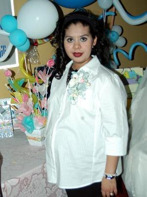 Angie  Flores de Rangel en la fiesta de canastilla que le ofrecieron por su próximo bebé.