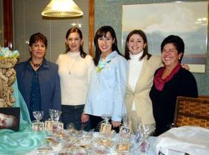 Gloria Silos  de Cantú en compañía de Zaira de Silos, Rosy Gamboa y Cecy Cantú, organizadoras de su fiesta de canastilla.