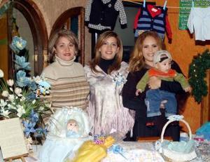 Marcela Mancha de Huerta en la fiesta de canastilla que le ofrecieron por el próximo nacimiento de su bebé