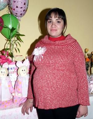 <b>05 de diciembre de 2004</b> <p> Sonia Silveyra de Reyes recibió felicitaciones por la próxima llegada de su bebé.