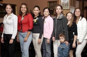 Diana Patricia Fernández Casillas acompañada por algunas de las invitadas a su primera despedida de soltera.