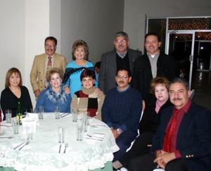 Emilio Sánchez y esposa acompañados Jorge Martínez y señora, Sergio Peña, Rosy de Peña, José Ortiz, Susy de Ortiz, Alfonso Amador y su esposa  Lily de Amador.