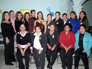 Karen Parra Hernández acompañada de ungrupo de amistades que acudieron a su despedida.