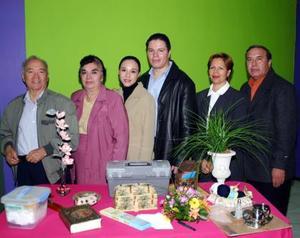 Roque Márquez Santielices e Isabel Garza Coss acompañados por los organizadores de su despedida de solteros.