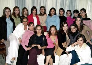 <b>05 de diciembre de 2004</b> <p> Verónica Flores Zamudio acompañada de un grupo de amigas en su fiest de despedida de soltera.
