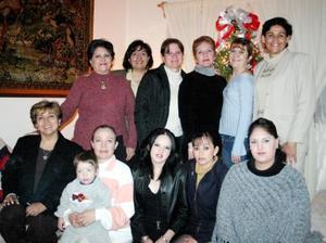 Marú Gorena Hermosillo, acompañada de un grupo de amistades y familiares en la fiesta que le ofrecieron con motivo de su cumpleaños