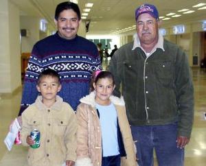 <b>05 de diciembre de 2004</b> <p> Ariana Ávalos viajó a California y fue despedida por Santos Arzola, José y Luis García.