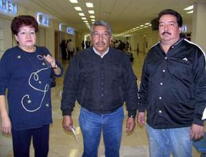 <b>06 de diciembre de 2004</b> <p>  Carlos Espino viajó a Tijuana y lo despidieron Carmen Vázquez y José Espino