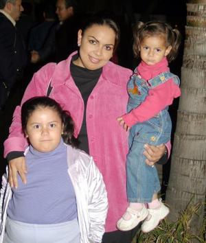 Alamara y Luciana Escandón, con su mamá Mónica de Escandón