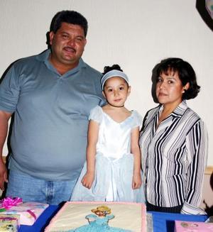 Daniela Michelle del Río García acompañada por sus papás  el día que cumplió cinco años.