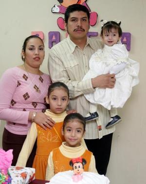 La pequeña Pamela Natalia  Castellanos  Chiong en compañía de sus papás y hermanas el día de su cumpleaños.