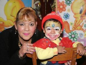 Luis David Morales Salas junto a su mamá .