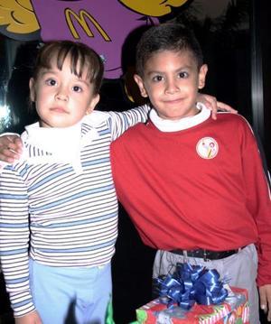 Luis Ernesto Burciaga Luna acompañado de su hermanita en el día que celebtró su cumpleaños.