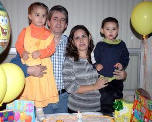Jesús de la Rosa Santana en compañía de  sus papás y su hermana el día de su cumpleaños.
