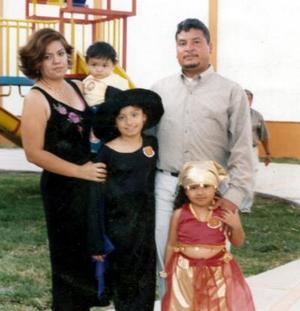 José Santos Sifuentes y Sandra Luz Silos de Sifuentes con sus hijos Izamar, Abigail y Zahir, en la fiesta que les ofrecieron por sus repectivos cumpleaños .