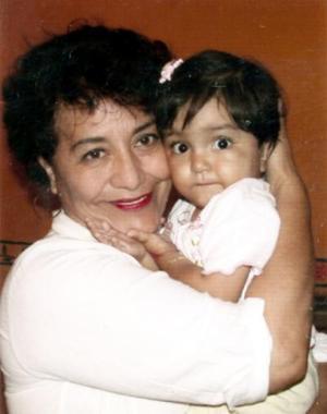 Karla Paulina Flores Salazar junto a su abuelita, Rosa Olga Cortinas .