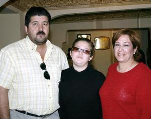 Javier Ramos, Patricia de Ramos y Mariana Ramos.
