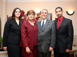 René Nahle Aguilera y Sonia Aguilera con sus hijos Farah  y Aref Nahle, captados en reciente acontecimiento social.