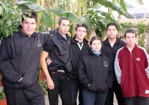 <b>09 de diciembre de 2004</b> <p> Roberto, Luis Javier, Adolfo, Vanessa, Alejandro y Jesús, en pasado convivio social.