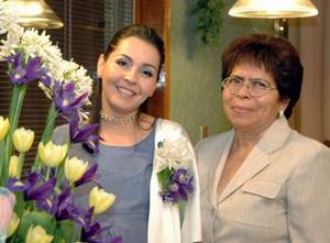 <b>07 de diciembre de 2004</b><p> Norma Medina Avalos acompañada por su mama Maria del Carmen Orona .
