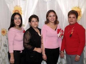 Karen Parra Hernández acompañada de familiares y amigas el día de su despedida.