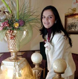 <b>09 de diciembre de 2004</b><p> Ruth Carina Muñoz Castillo recibió felicitaciones por su próximo enlace matrimonial con Édgar Ceballos.