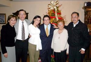 <b>08 de diciembre de 2004</b> <p> Luis Guillermo Hernández Aranda y Pamela Rodríguez Venegas, en la fiesta que les ofrecieron por su compromiso matrimonial, estuvieron acompañados por sus respectivos padres.