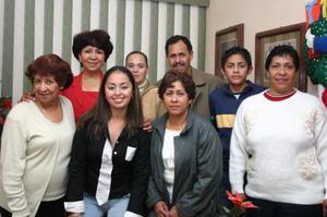 Aída Sánchez Rentería acompañada por sus familiares, en el festejo que le organizaron  por su cumpleaños en días pasados