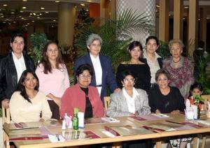 Con motivo de su cumpleaños, Yolanda Siceña de López disfrutó de un agradable convivio acompañada por su hija Adriana López de Gurrola y por un grupo de amigas  .