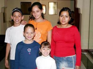 Estefany, Carlitos, Salma y Amira Facuseh y Priscila Contreras.